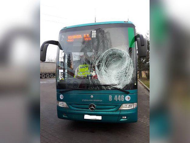 Bryła lodu spadła z ciężarówki na szybę autobusu. Ranny 25-letni kierowca