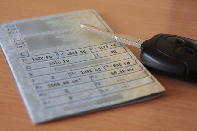 Choć polscy kierowcy mają obowiązek posiadania ubezpieczenia OC, rzadko kiedy o swojej polisie wiedzą wszystko, co powinni. Świadomość zmotoryzowanych często ogranicza się do faktu, że stanowi ono zabezpieczenie finansowe, gdy spowoduje się wypadek lub kolizję drogową. Przedstawiamy dziesięć związanych z OC faktów, o których z reguły na co dzień się nie pamięta.