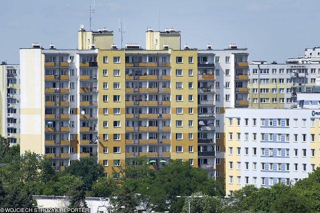Najemcy mieszkań komunalnych, którzy chcieliby stać się ich właścicielami, powinni co jakiś czas dowiadywać się, czy gmina planuje sprzedaż mieszkań.