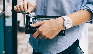 Elegancki portfel może mieć wiele praktycznych przegródek