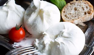 Burrata to ser produkowany z krowiego lub bawolego mleka.