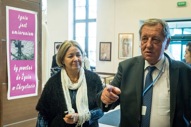 Jan Szyszko z żoną Krystyną podczas konferencji w Toruniu