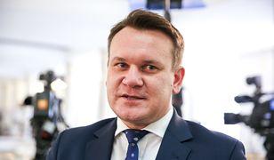 """Dominik Tarczyński donosi na Tomasza Lisa. Dziennikarz miał """"znieważyć głowę państwa"""""""