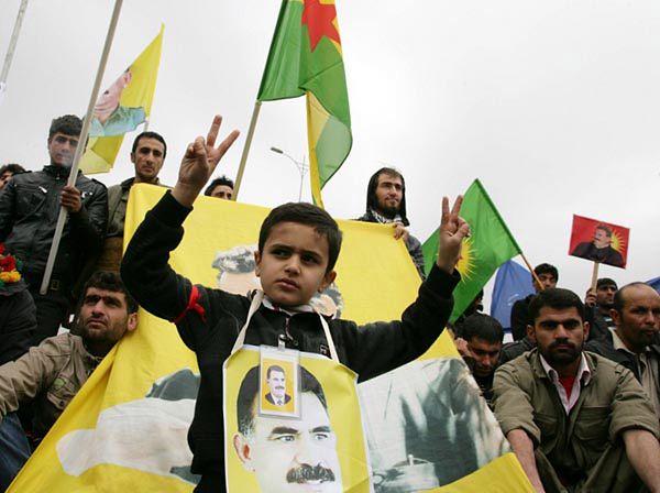 Kurdowie domagający się zwolnienia założyciela PKK Abdullaha Ocalana