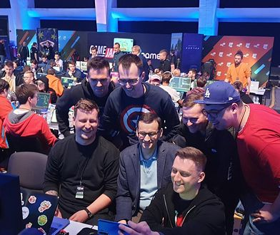 Premier Mateusz Morawiecki w otoczeniu e-graczy