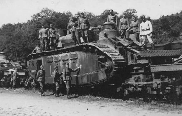 Francuskie czołgi Char 2C w czasie załadunku
