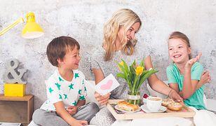 Dzień Matki – najpiękniejsze życzenia oraz wierszyki. Sprawdź, kiedy dokładnie wypada Dzień Matki i skorzystaj z naszej listy gotowych życzeń