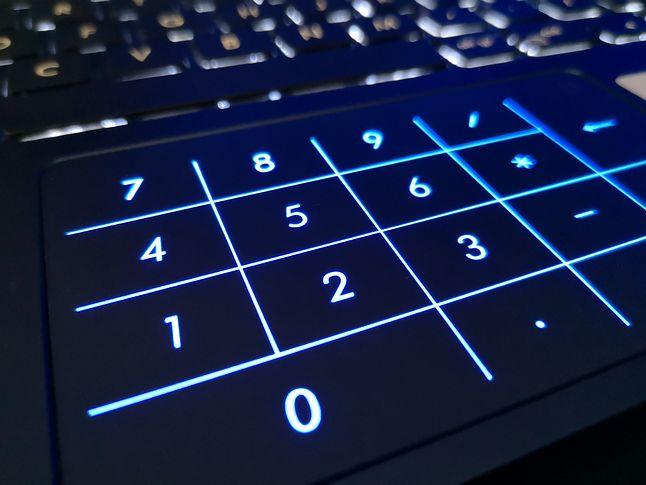 Wirtualna klawiatura wyświetlana jest na powierzchni gładzika po naciśnięciu przycisku w rogu płytki dotykowej.