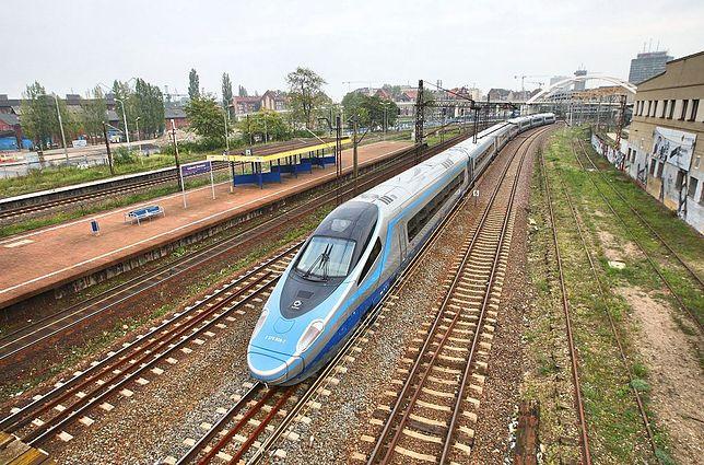 Pociąg Pendolino podczas przejazdu przez Gdańsk