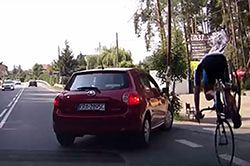 #dziejesiewmoto [157]: wypadek rowerzysty, nagrana katastrofa i zakazana reklama