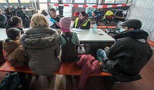 Uchodźcy czekają na przyjęcie do ośrodka w Niemczech.