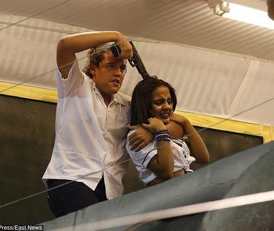 Scena napadu odegrana przez szkołę samby Beija Flor podczas zwycięskiego pokazu na Sambodromie w Rio