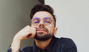 """Kuba Kawalec i jego """"Ślepota"""": mroczny debiut wokalisty happysad [Open FM Podcast]"""