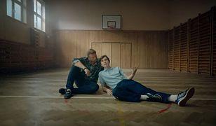 """Michał Milowicz uczy Matę, jak podrywać dziewczyny. Zobacz klip do kawałka """"Kiss cam (podryw roku)"""""""