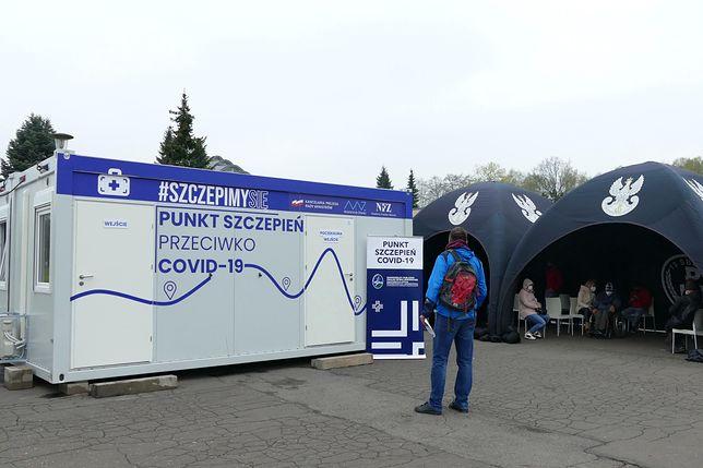 """Śląskie. Podczas majówki obok """"Kapelusza"""" w Parku Śląskim działał tymczasowy punkt szczepień."""