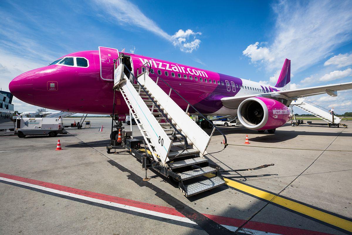 Wizz Air zmienia politykę. Likwiduje darmowy duży bagaż podręczny