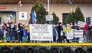 """PiS """"zdemaskował"""" uczestników protestu przeciwko prezydentowi Andrzejowi Dudzie"""