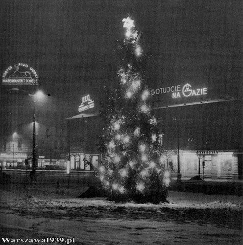 Warszawskie neony. W centrum było ich pełno - reklamowały sklepy, cukiernie, restauracje, ale też firmy i produkty. Zmieniały się często, jak dzisiejsze billboardy reklamowe