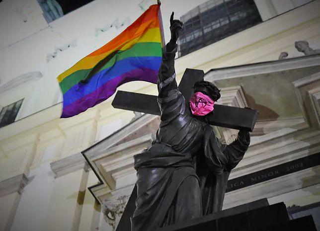 Warszawa. Akt oskarżenia w sprawie wywieszenia tęczowej flagi na posągu Chrystusa trafił do sądu