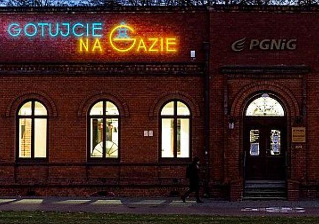 Warszawa. Moda na neony sprawia, że wiele zniszczonych w czasie wony świecących reklam budzi ciepłe odczucia