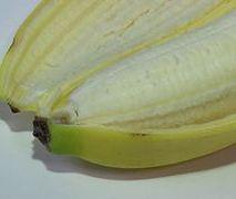 Pasożyty w bananie? Dietetyk, o tym, co kryje się w końcówce owocu