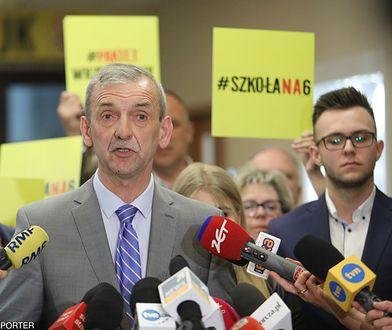 - Solidarność idzie ramie w ramię z rządem. List to próba ratowania wizerunku - uważa Broniarz.