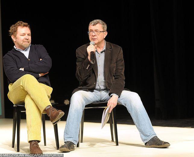 """Wojciech Zimiński i Grzegorz Miecugow podczas przedstawienia """"Trójka do potęgi"""""""