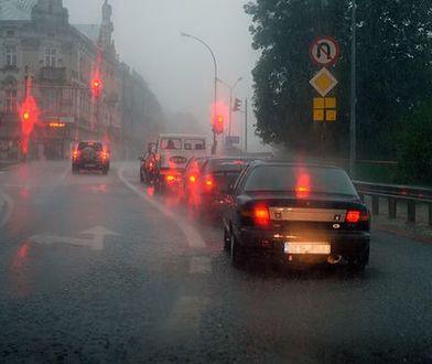 Jak zachować się w aucie podczas burz i opadów?