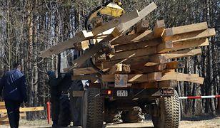 """Białoruś: w Kuropatach robotnicy usuwają """"nielegalne krzyże"""" z masowych grobów ofiar NKWD. Teren otoczyła milicja"""