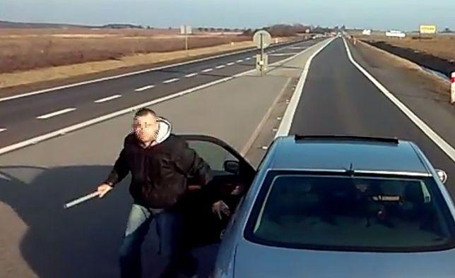 #dziejesiewmoto: drogowy agresor z Wrocławia wysiada z pałką do innego kierowcy