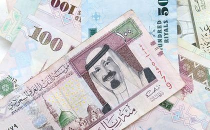 Waluta Arabii Saudyjskiej. Rośnie cena ropy, szanse na dewaluację riala maleją, a fundusze liczą straty