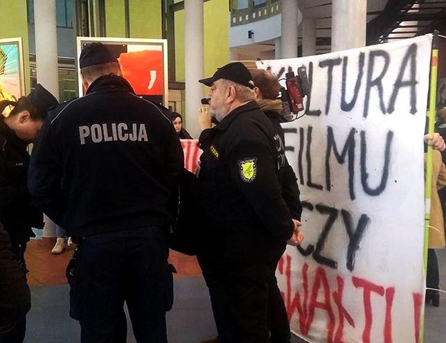 Protest przeciwko Romanowi Polańskiemu w Szkole Filmowej w Łodzi. Interweniowała policja