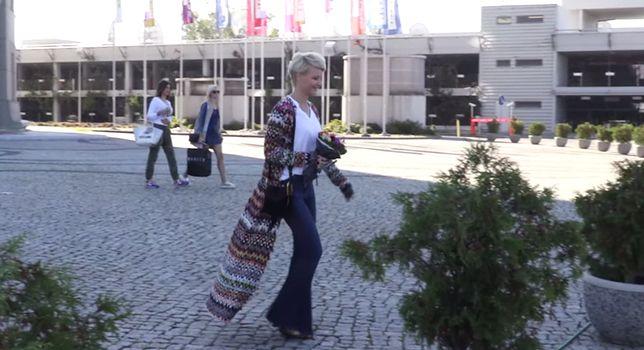 Małgorzata Kożuchowska w dzwonach i bardzo długim swetrze. Ładnie?