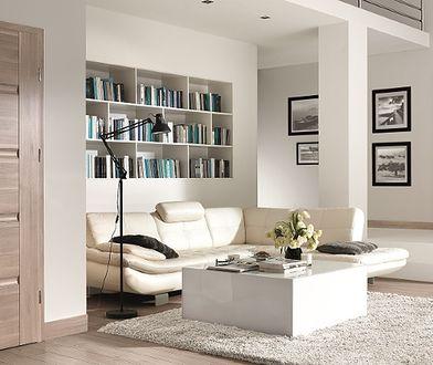 Drzwi z jasną okleiną pasują do minimalistycznych, jasnych wnętrz