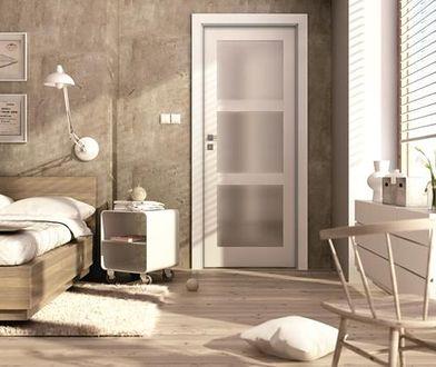 Jasne drzwi dobrze się prezentują we wnętrzach o podobnej gamie kolorystycznej