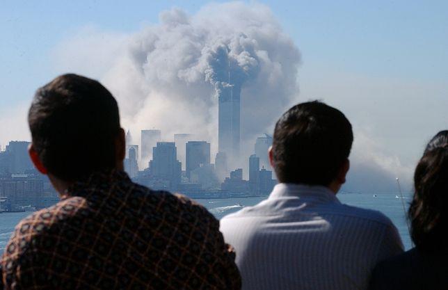 Ludzie obserwujący atak na WTC z New Jersey
