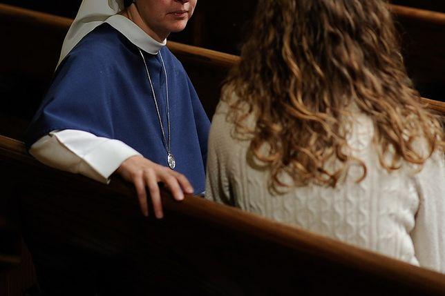 """Mieszkała u zakonnic. """"Brama zamykana o 21, modlitwy o 'uzdrowienie gejów' i 'dobrego męża'"""""""