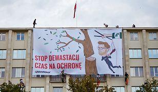 Aktywiści Greenpeace wspięli się na gmach resortu środowiska i powiesili na nim ogromny baner