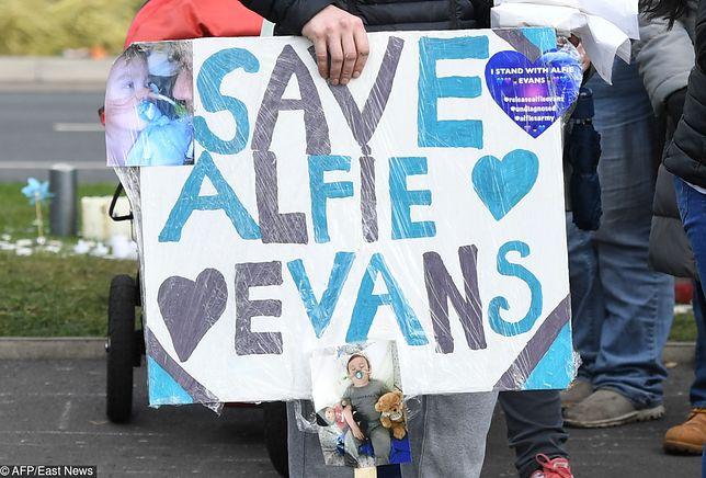 Przed szpitalem, gdzie przebywa Alfie manifestują osoby, wspierające walkę rodziców o życie chłopca
