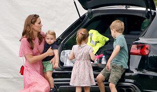 Księżna Kate z Louisem (na rękach), Charlotte i Georgem