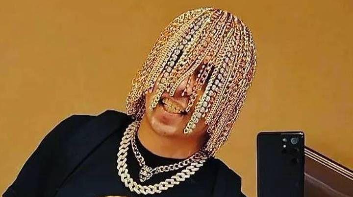Raper Dan Sur wczepił sobie w głowę złote łańcuchy, które zastąpiły jego włosy