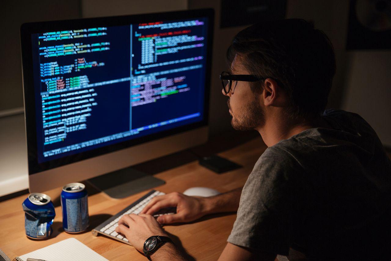 Jaki język programowania wybrać na początek? Doradzamy, na co zwrócić uwagę - Programista z depositphotos