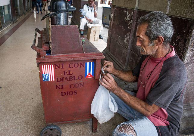 Sprzedawca kawy w Hawanie. Czy złagodzenie relacji USA-Kuba odczują zwykli mieszkańcy?