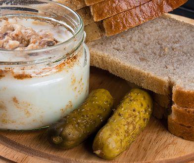Kromka świeżego chleba ze smalcem, grubo mieloną solą i kiszonym ogórkiem to rarytas z dzieciństwa.