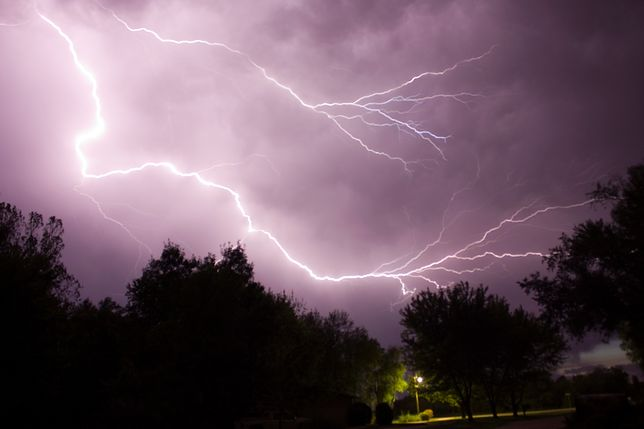 Potężna burza nad Warszawą. Zobacz, jak moknie stolica