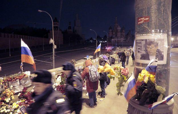 Kwiaty, znicze i portrety Borysa Niemcowa w pobliżu miejsca, gdzie został zamordowany