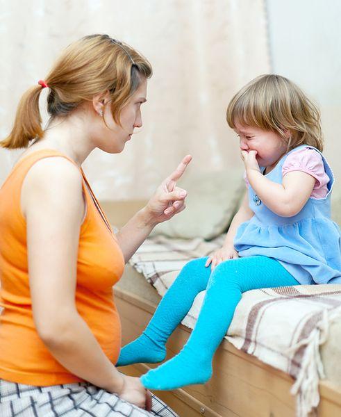 Dorośli poporzez swoje zachowanie dają przykład dziecku