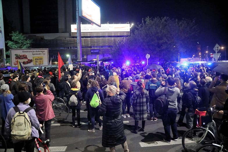 Wściekły tłum pod domem Kaczyńskiego. W ruch poszedł gaz