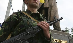 Gwardia honorowa przy pomniku Stepana Bandery we Lwowie