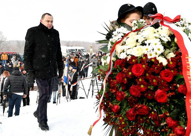 Adam Kwiatkowski przed pomnikiem w Hucie Pieniackiej, gdzie w lutym 1944 r. mordu na Polakach dokonały oddziały UPA i SS Galizien
